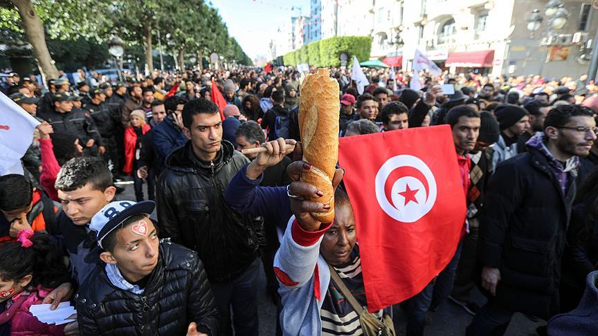 Tunus'ta kutlamalar ve protestolar yan yana