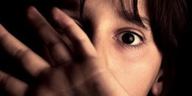 Zihinsel engelli bir çocuğa 653 kez cinsel istismar davasında 22 sanık tahliye edildi; 2 davada tutuklu kalmadı!