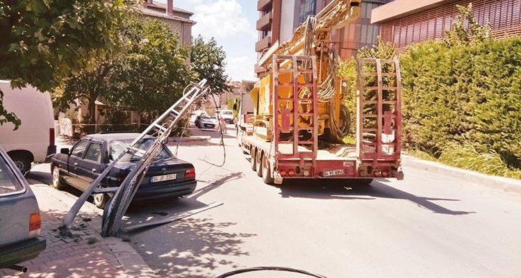 Ataşehir'de tır 3 elektrik direğini devirdi.