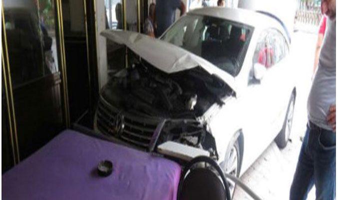 Ataşehir'de Hamile Sürücü Kahvehaneye Daldı: 2 Yaralı