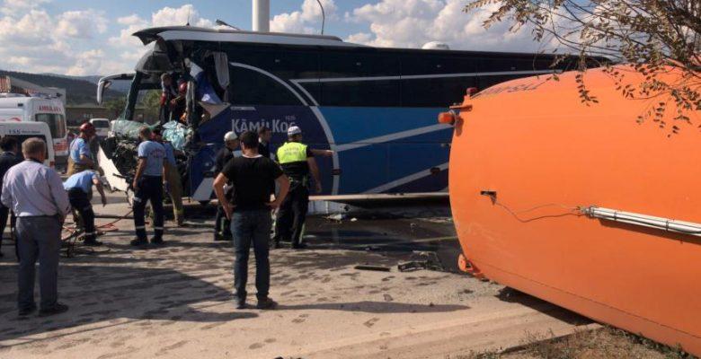 Balıkesir'de yolcu otobüsü temizlik aracına çarptı: 1 ölü, 17 yaralı