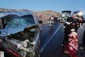 Sivas'ta yolcu otobüsü hafif ticari araçla çarpıştı: 2 ölü, 4 yaralı.