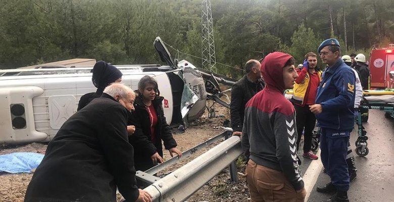 Antalya'da minibüs devrildi: 1 ölü, 26 yaralı.