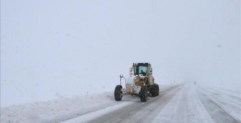 Doğu Anadolu'da ulaşıma kar engeli.