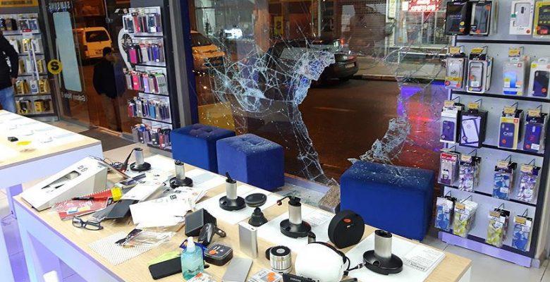 Aynı kişiye ait iki cep telefonu mağazasını 20 dakika arayla soydular.