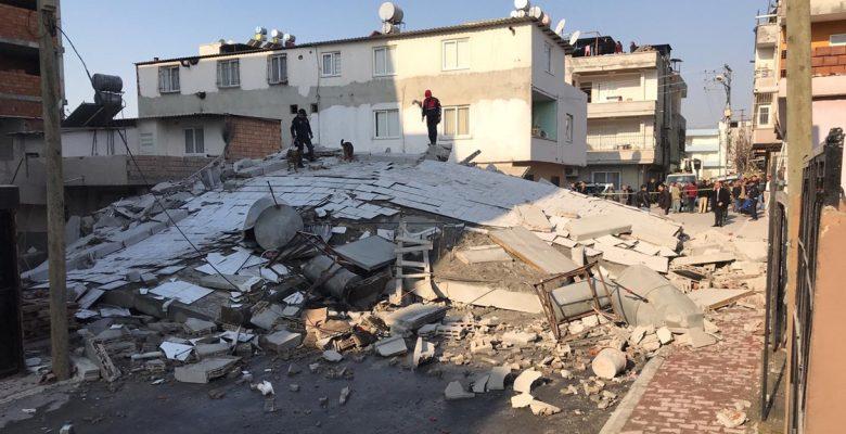 Mersin'de 5 katlı bir bina çöktü.