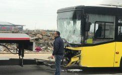 Servis minibüsü ile belediye otobüsü çarpıştı: 22 yaralı.
