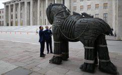 Meclise getirilen 'Truva Atı' heykeline yoğun ilgi.