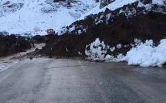 Heyelan nedeniyle Yüksekova- Hakkari yolu kapandı.