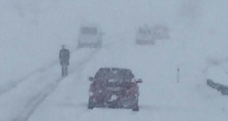 Ardahan'da yoğun kar yağışı ve tipi: Araçlar yolda mahsur kaldı.